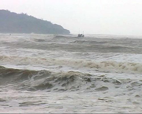 Mắc cạn khi chạy bão, tàu cá kêu cứu giữa biển-1
