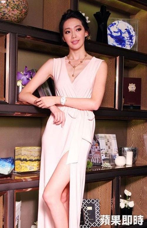 Triệu Vy bất ngờ gợi cảm với váy khoe lưng trần-11