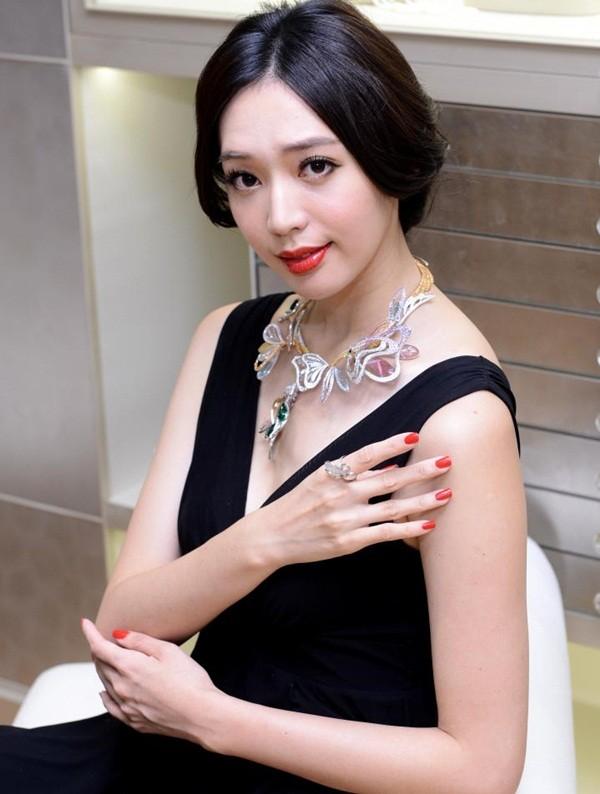 Triệu Vy bất ngờ gợi cảm với váy khoe lưng trần-12