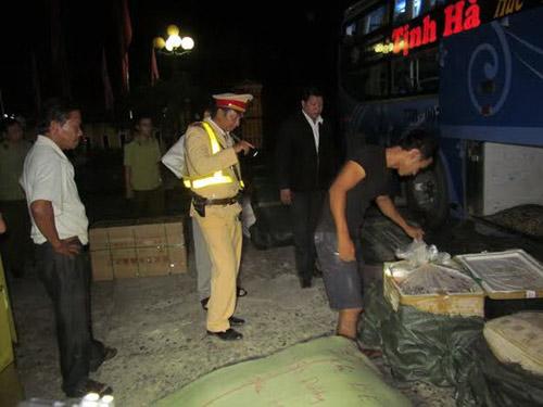 xe khach lén lut cho hon 250kg noi tang thoi - 2