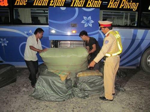 xe khach lén lut cho hon 250kg noi tang thoi - 1