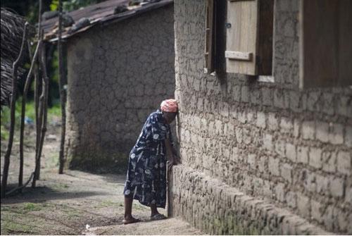 khong tin bac sy, bo om con nhiem ebola tron vao rung - 3