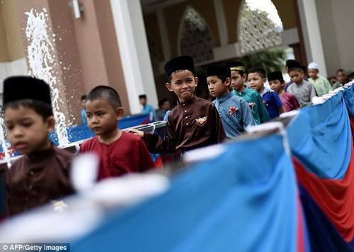 ca tram be trai malaysia cat bao quy dau theo nghi thuc - 2