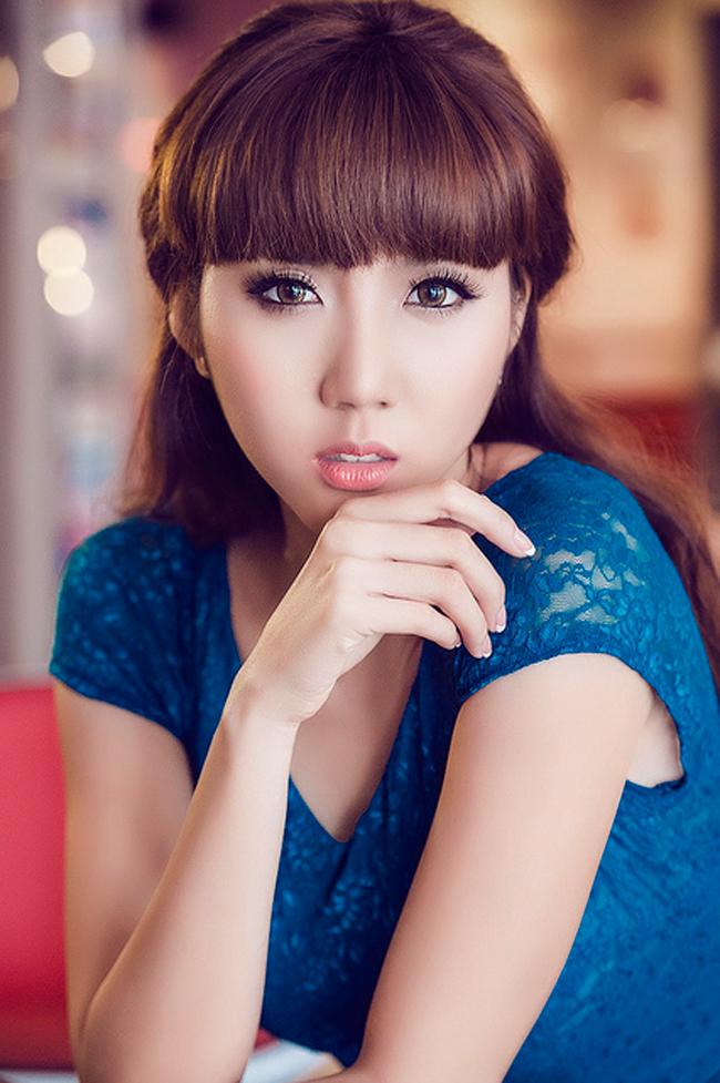 Ngọc Quyêntên thật làHuỳnh Khương Ngọc Quyên (sinh năm 1988).Tham gia vào lĩnh vực thời trang khi mới 16 tuổinhưng hai năm sau đó cô đã trở thành một trong những người mẫu sáng giá trên sàn diễn thời trang Việt bởi thân hình chuẩnvà gương mặt xinh xắn.