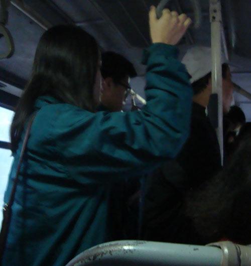 'de xom' tren xe buyt: cach doi pho voi ke 'bien thai' - 1