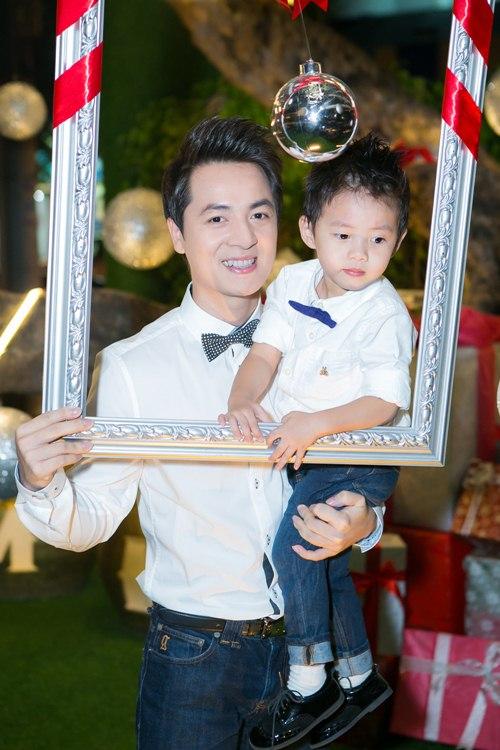 vo chong dang khoi dua con trai di gap go ban be - 4
