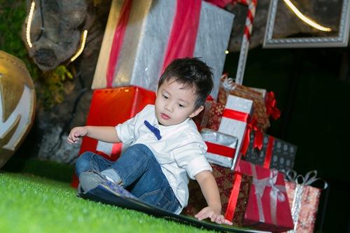 vo chong dang khoi dua con trai di gap go ban be - 8
