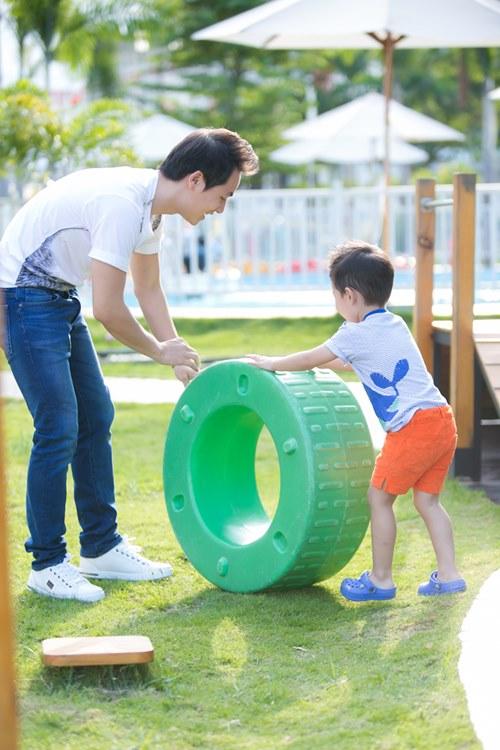 dang khoi tham gia hoat dong ngoai khoa cung con trai - 13