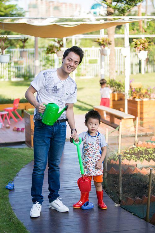 dang khoi tham gia hoat dong ngoai khoa cung con trai - 2