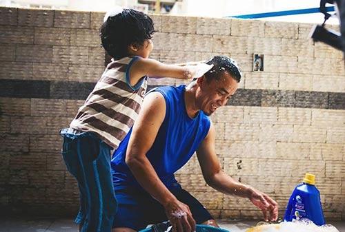 """Bộ ảnh """"Cha nào con nấy"""" tuyệt đẹp của ông bố Sài Gòn và con trai - 1"""