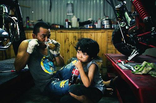 """Bộ ảnh """"Cha nào con nấy"""" tuyệt đẹp của ông bố Sài Gòn và con trai - 5"""
