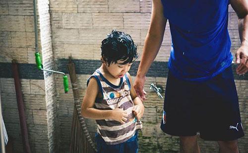 """Bộ ảnh """"Cha nào con nấy"""" tuyệt đẹp của ông bố Sài Gòn và con trai - 8"""