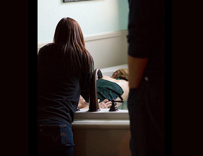 Bộ ảnh sinh thường cặp song sinh của sản phụ người Anh này được thực hiện bởi nhiếp ảnh gia Oregon. Cô chia sẻ: 'Thật thú vị khi sau 67 lần chụp ảnh sinh nở đây là lần đầu tiên tôi chụp ảnh mẹ sinh đôi. Cảm xúc vô cùng lạ và có chút tò mò.'