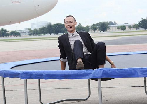 thi sinh next top vat va tao dang voi may bay - 8