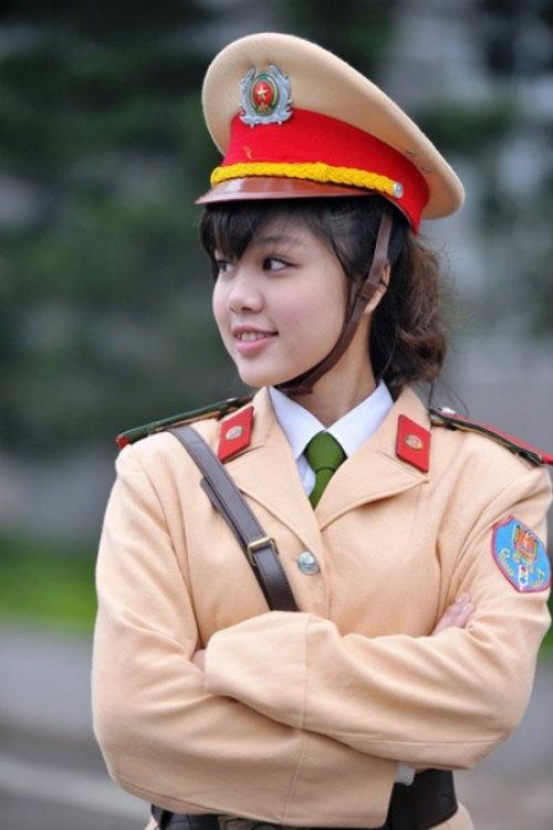 nhung nu sinh canh sat lam chao dao cong dong mang 2014 - 7