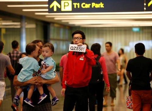chum anh: than nhan hanh khach qz8501 khoc nac ngong tin - 10