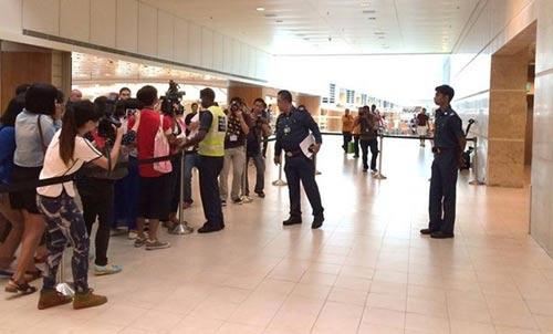 chum anh: than nhan hanh khach qz8501 khoc nac ngong tin - 11