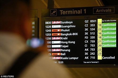chum anh: than nhan hanh khach qz8501 khoc nac ngong tin - 16