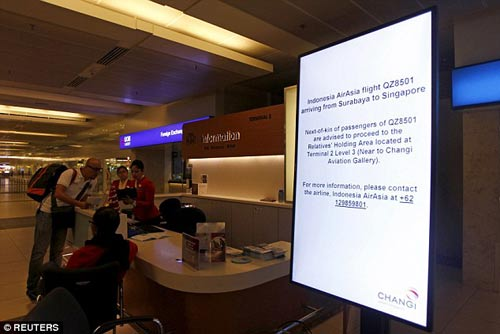 chum anh: than nhan hanh khach qz8501 khoc nac ngong tin - 12
