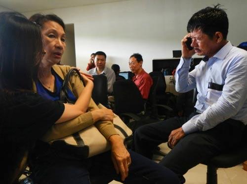 chum anh: than nhan hanh khach qz8501 khoc nac ngong tin - 9