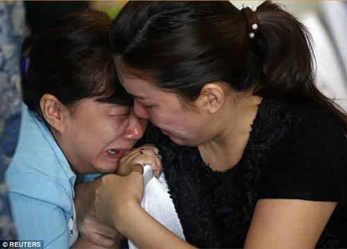 chum anh: nguoi than van mon moi cho tin may bay qz8501 - 1