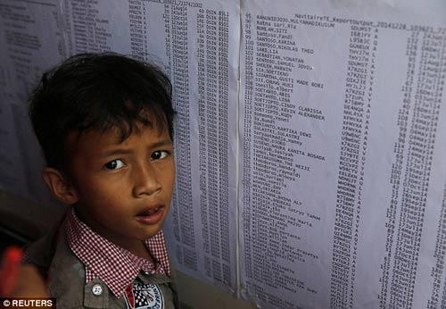 chum anh: nguoi than van mon moi cho tin may bay qz8501 - 10