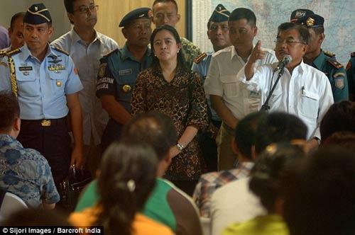 chum anh: nguoi than van mon moi cho tin may bay qz8501 - 11