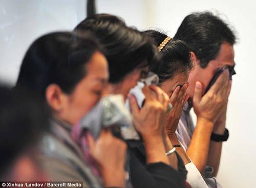 chum anh: nguoi than van mon moi cho tin may bay qz8501 - 2