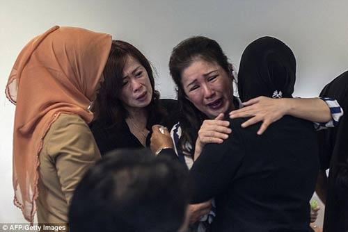 chum anh: nguoi than van mon moi cho tin may bay qz8501 - 3