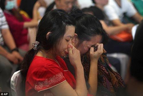chum anh: nguoi than van mon moi cho tin may bay qz8501 - 4