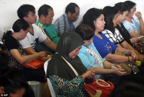 chum anh: nguoi than van mon moi cho tin may bay qz8501 - 5