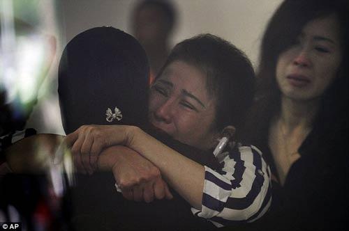 chum anh: nguoi than van mon moi cho tin may bay qz8501 - 6