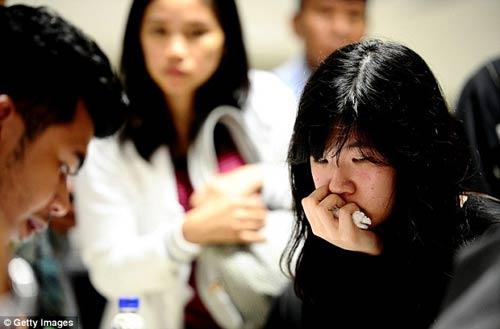 chum anh: nguoi than van mon moi cho tin may bay qz8501 - 8