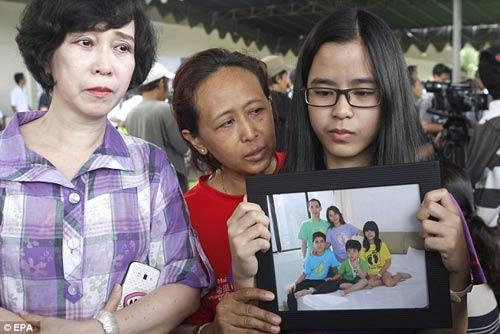 chum anh: nguoi than van mon moi cho tin may bay qz8501 - 9