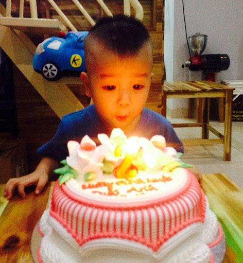 thuy vinh dua con sang singapore don nam moi cung chong - 5