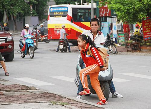 hoc sinh thu do mac them ao toi truong trong thoi tiet mat diu - 8