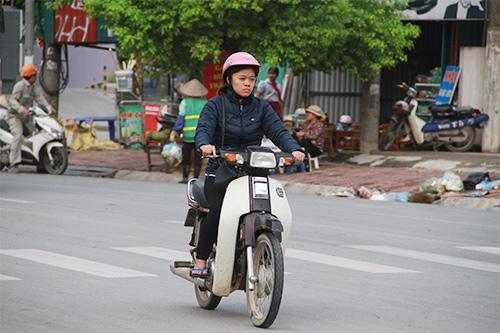 hoc sinh thu do mac them ao toi truong trong thoi tiet mat diu - 13