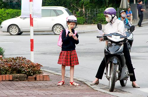 hoc sinh thu do mac them ao toi truong trong thoi tiet mat diu - 11