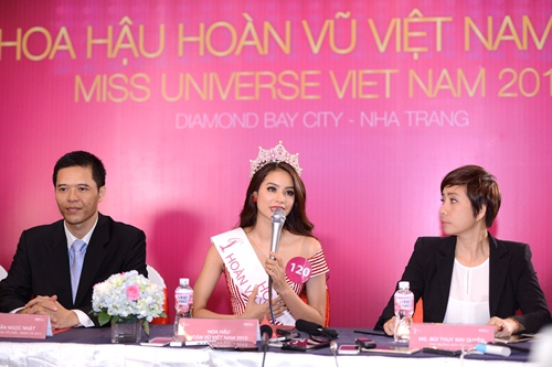 tan hh pham huong xin loi vi buong tay a hau 1 luc dang quang - 5