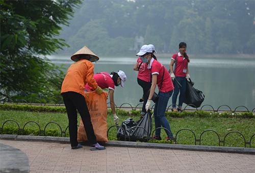 Gần 100 nhân viên văn phòng nhặt rác bảo vệ Hồ Gươm-8