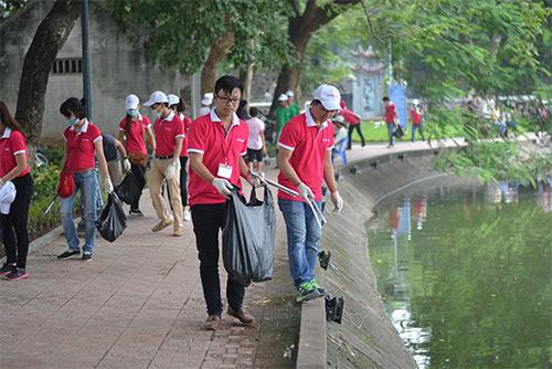 Gần 100 nhân viên văn phòng nhặt rác bảo vệ Hồ Gươm-9