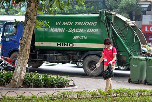 Gần 100 nhân viên văn phòng nhặt rác bảo vệ Hồ Gươm-12