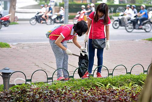 Gần 100 nhân viên văn phòng nhặt rác bảo vệ Hồ Gươm-5