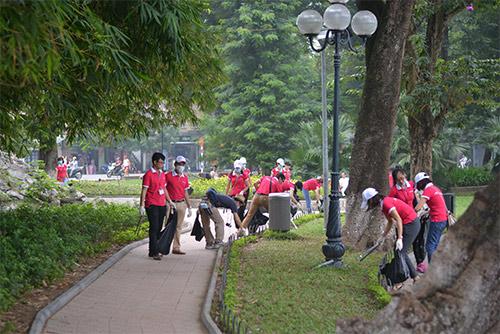 Gần 100 nhân viên văn phòng nhặt rác bảo vệ Hồ Gươm-2