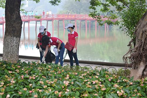 Gần 100 nhân viên văn phòng nhặt rác bảo vệ Hồ Gươm-3