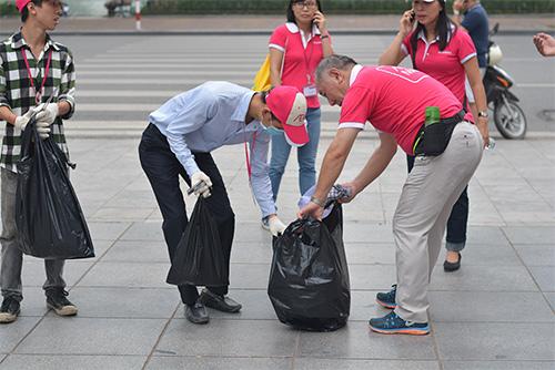 Gần 100 nhân viên văn phòng nhặt rác bảo vệ Hồ Gươm-11