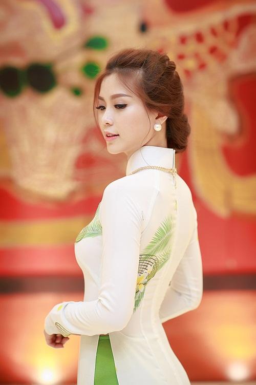 Á hậu Diễm Trang khoe đường cong gợi cảm tại Hà Nội-8