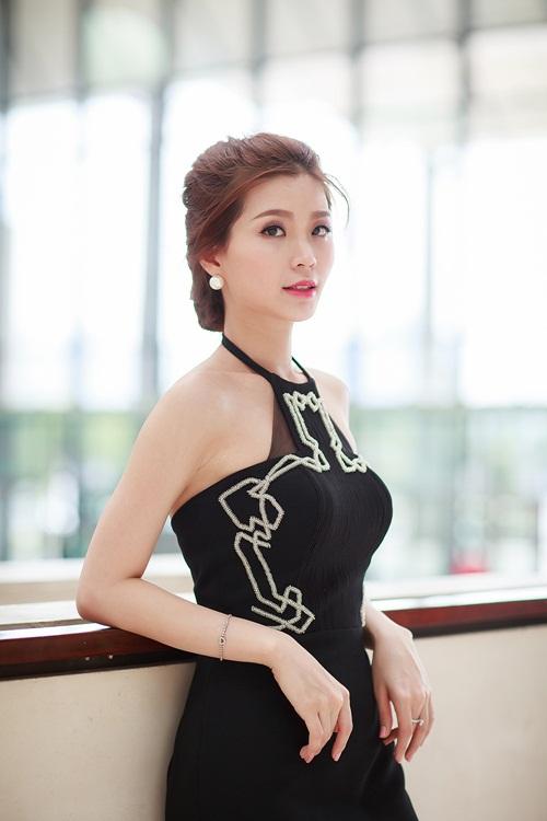 Á hậu Diễm Trang khoe đường cong gợi cảm tại Hà Nội-5