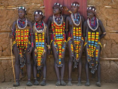 Tròn mắt vì bộ tộc Châu Phi mê đọc Vogue, nghiện thời trang-12