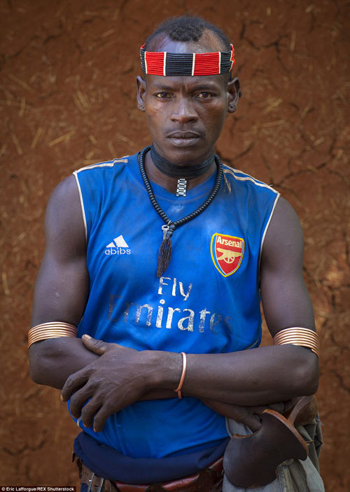 Tròn mắt vì bộ tộc Châu Phi mê đọc Vogue, nghiện thời trang-13